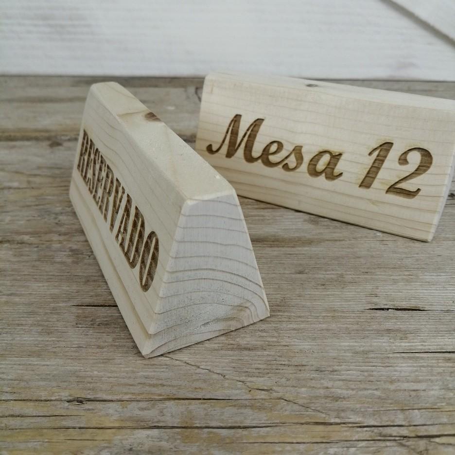 cartel de mesa madera reservado