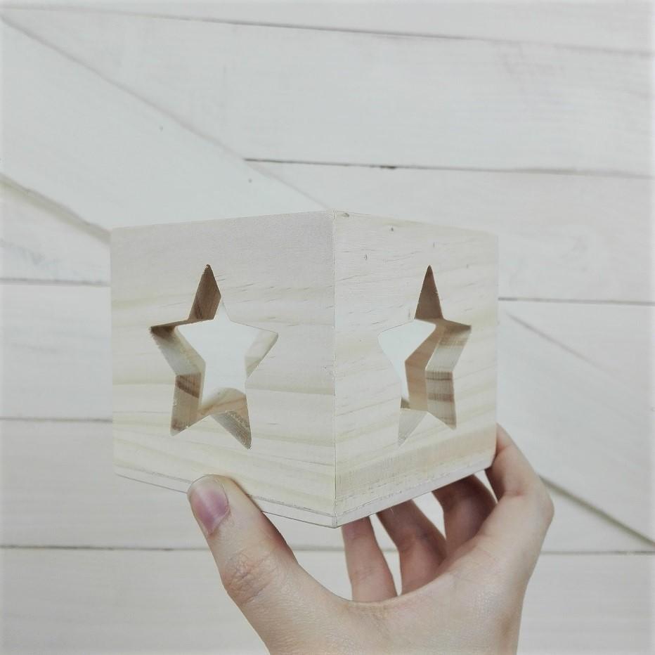 portavelas cubo de maderaEscoge el diseño que más te guste: corazón o estrella. ¡O los dos! Si quisieras otro diseño que creas que puede quedar bien en el portavelas, no dudes en pedírnoslo y trataremos de buscar la mejor manera de plasmarlo en la madera del portavelas
